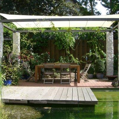 Sonnensegel über einem Esstisch im Garten