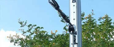 Durch die Gleitschiene wird eine Höhenverstellbarkeit des Sonnensegels ermöglicht