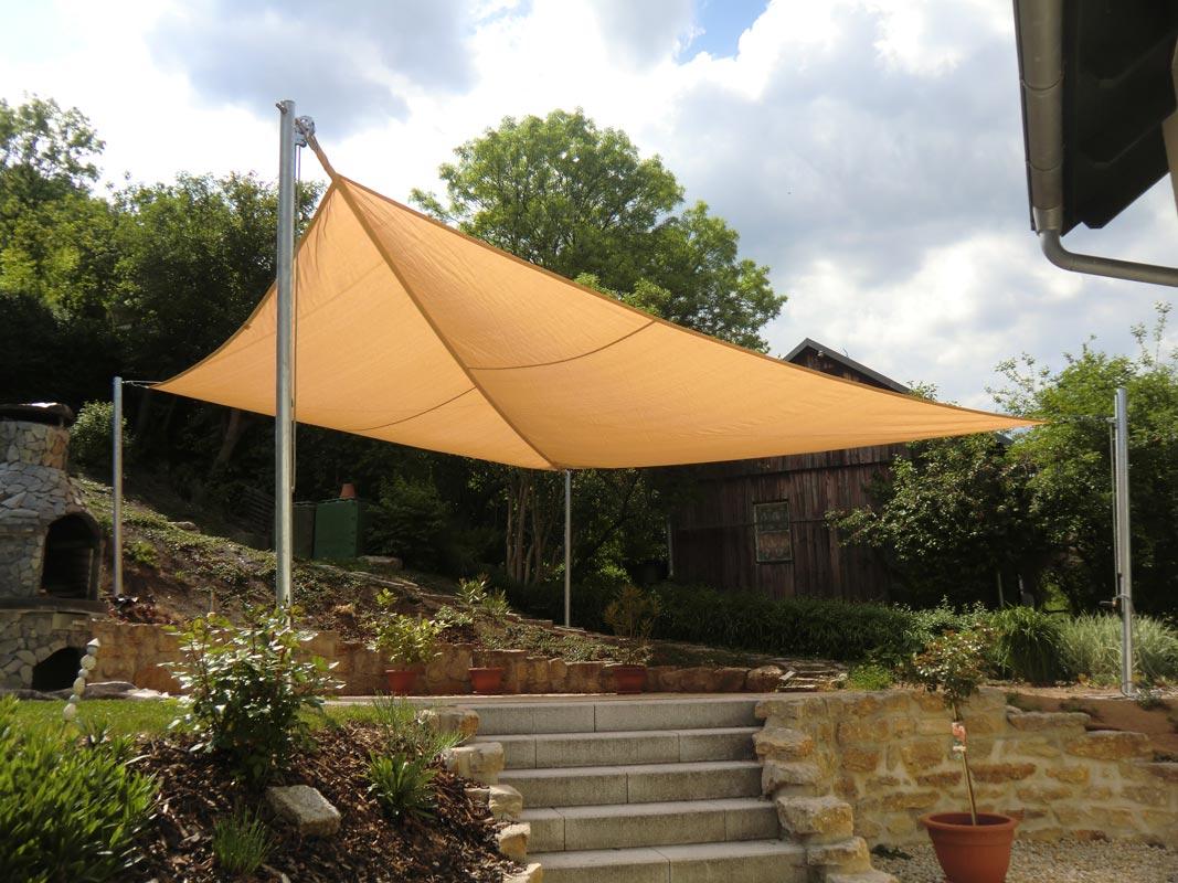 Ein gelbes aufrollbares Sonnensegel auf einer Terrasse