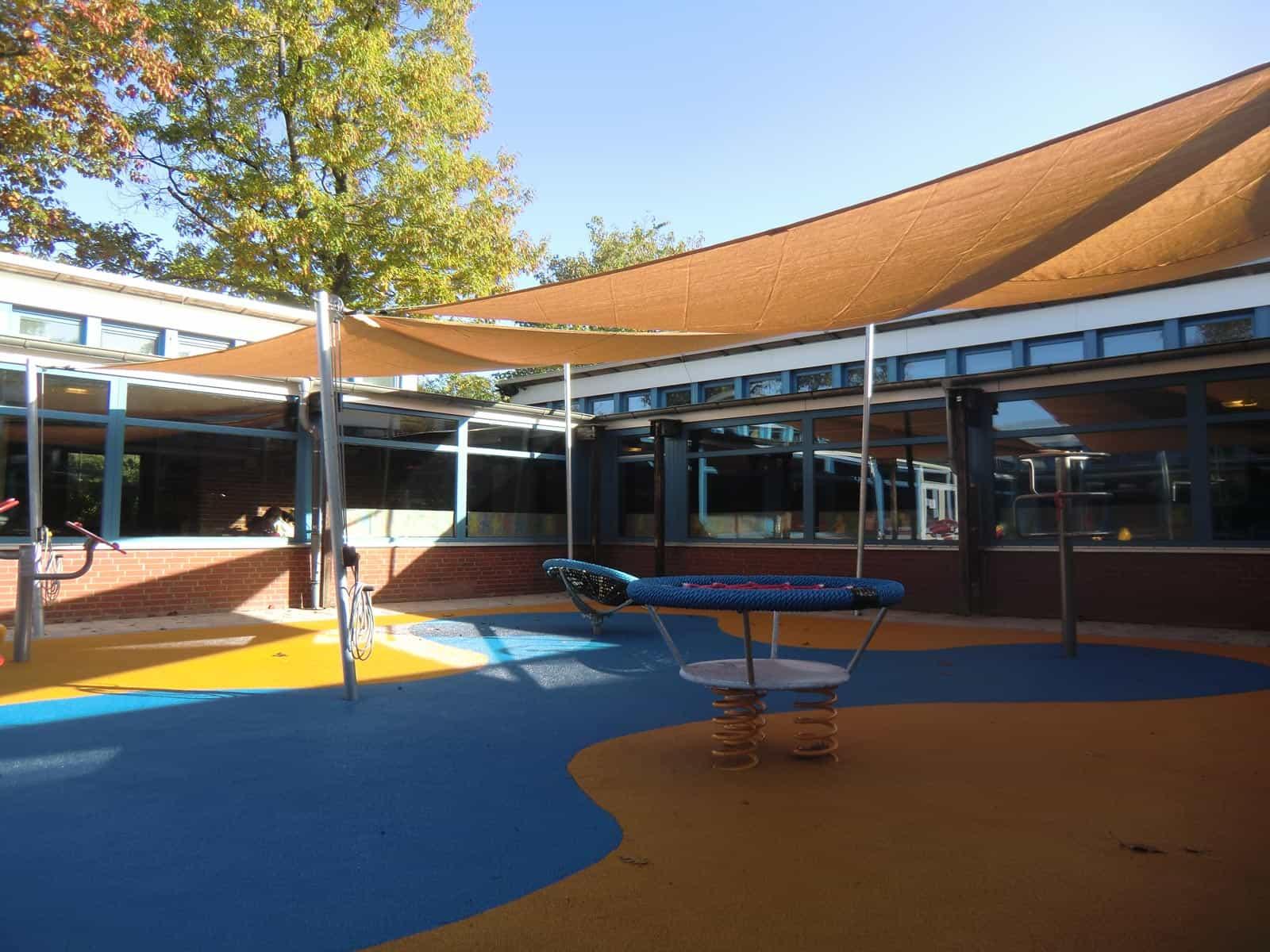 Sonnensegel Überdachung über einem Spielplatz