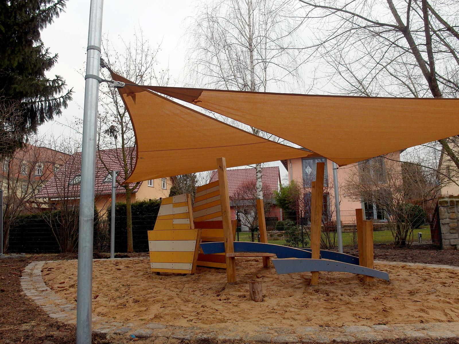 Höhenverstellbares Sonnensegel über einem kleinen Spielplatz