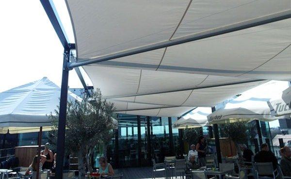 Projektlösung für die Gastronomie mit mehreren Sonnensegelanlagen