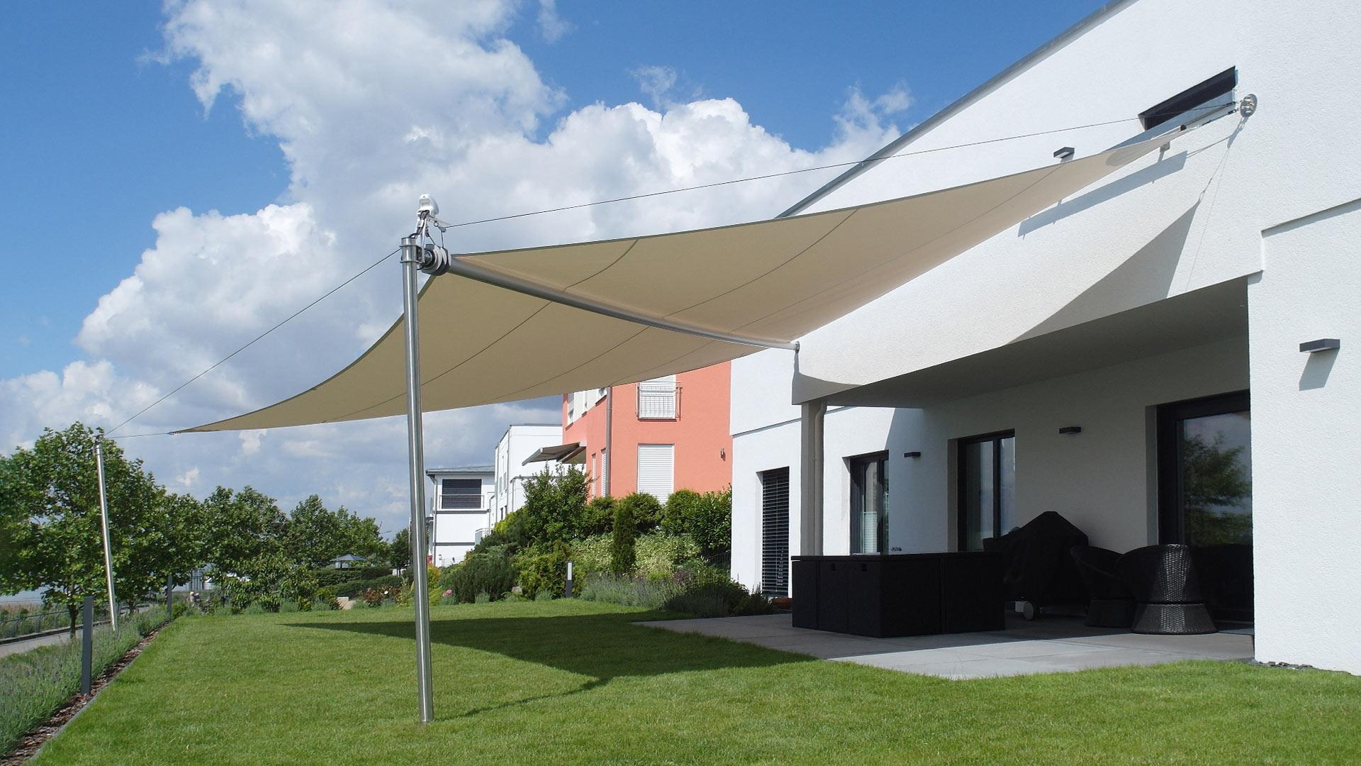 Elektrisches Sonnensegel an einer Hausfassade