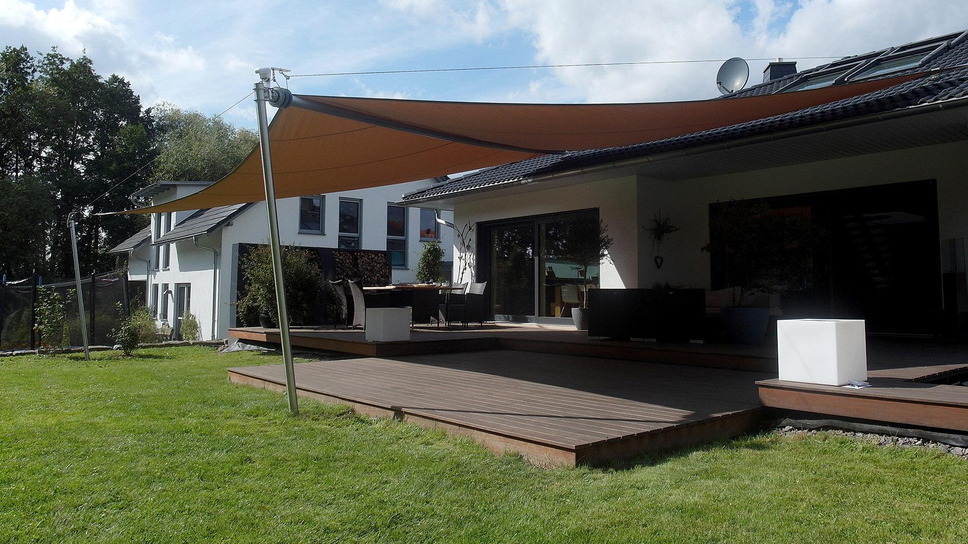 Elektrisches Sonnensegel über einer Terrasse