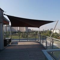 Automatisches Sonnensegel auf einer Dachterrasse