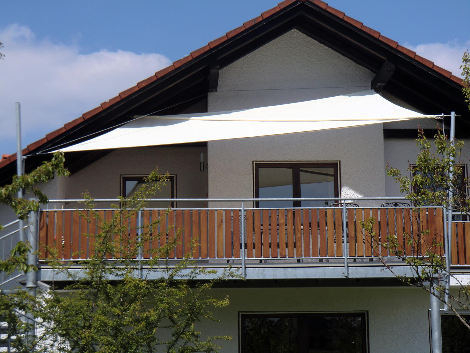 Balkon mit weißem Sonnensegel