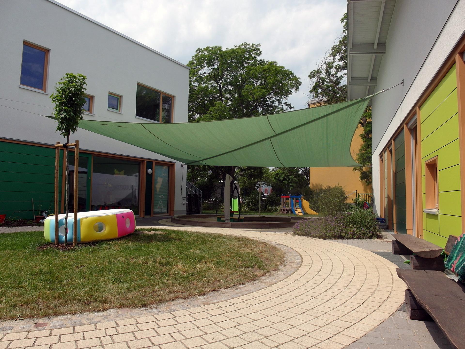 Grünes Sonnensegel in einem Kindergarten