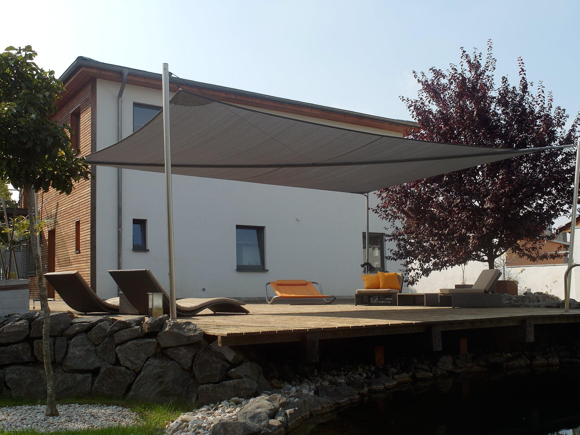 Terrasse mit einem manuell aufrollbaren Sonnensegel
