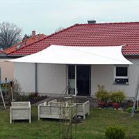 Terrasse mit weißem aufrollbaren Sonnensegel