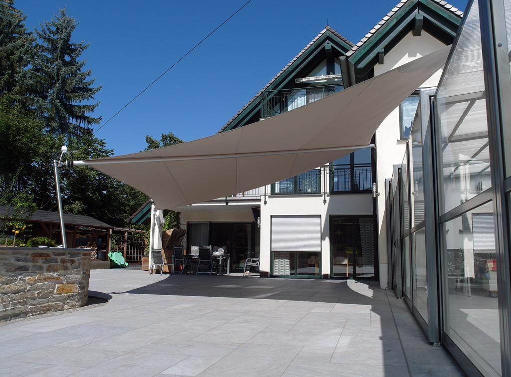 Vollautomatisches Sonnensegel in einem Innenhof
