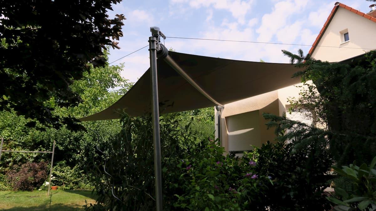 Aufrollbares Sonnensegel in einem Garten