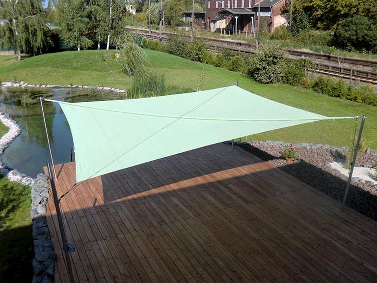 Sonnensegel Beschattung für Holzfläche an Teich