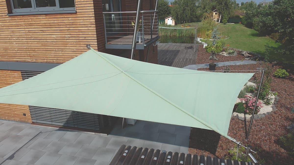 Grünes Sonnensegel an Wohnhaus