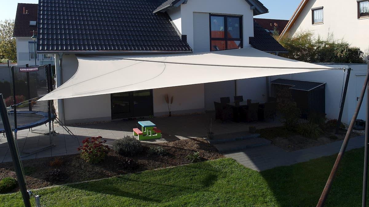 aufrollbares weißes Sonnensegel für Terrasse und Garten
