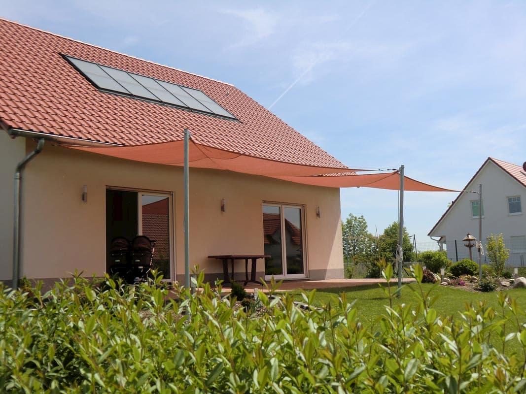 Terrassenüberdachung durch zwei Sonnensegel