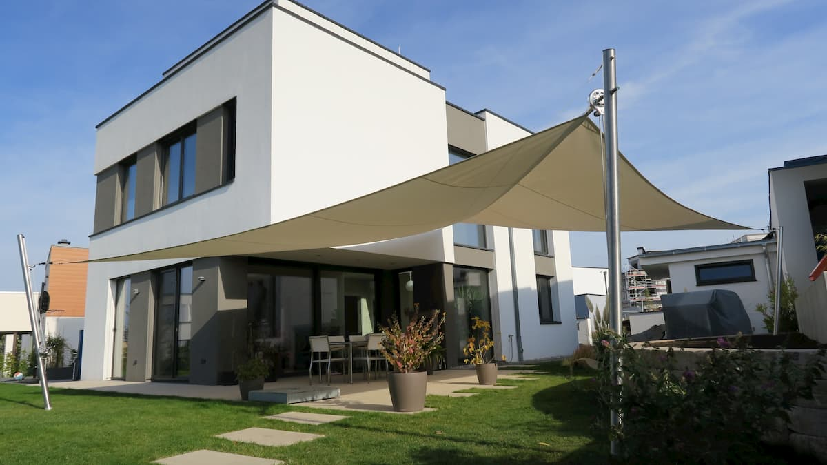 Sonnensegel im Garten eines modernen Hauses