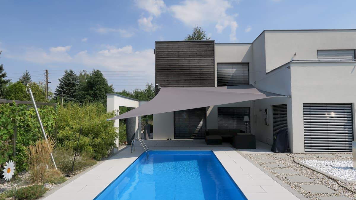 Sonnensegel an Gebäude mit Swimmingpool