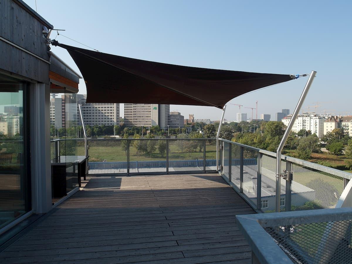 Beschattung durch Sonnensegel für Dachterrasse