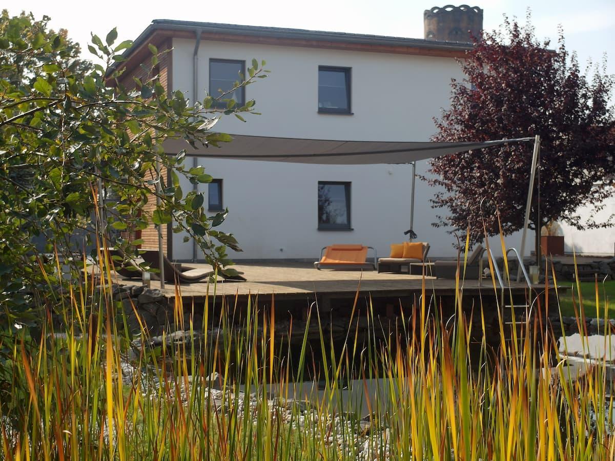sonnensegel-auf-einer-terrasse-mit-teich
