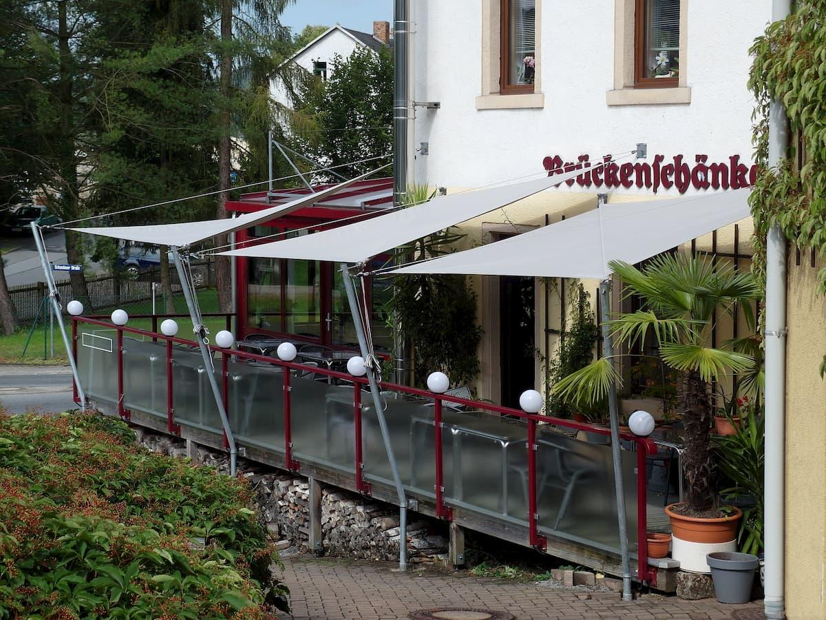 Weißes Sonnenschutzsystem für Außenbereich von Restaurant