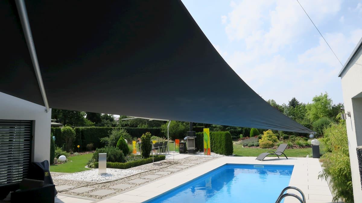 Schwarzes Sonnensegel über einem Pool