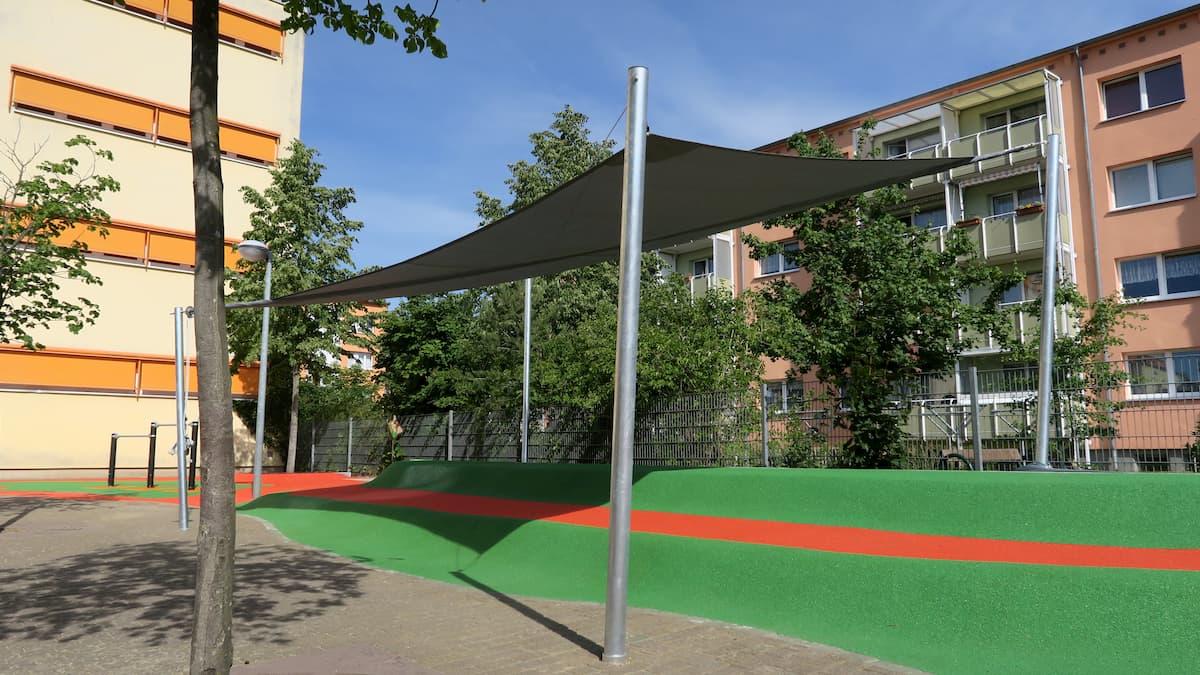 Dunkles Sonnensegel über einem Spielplatz
