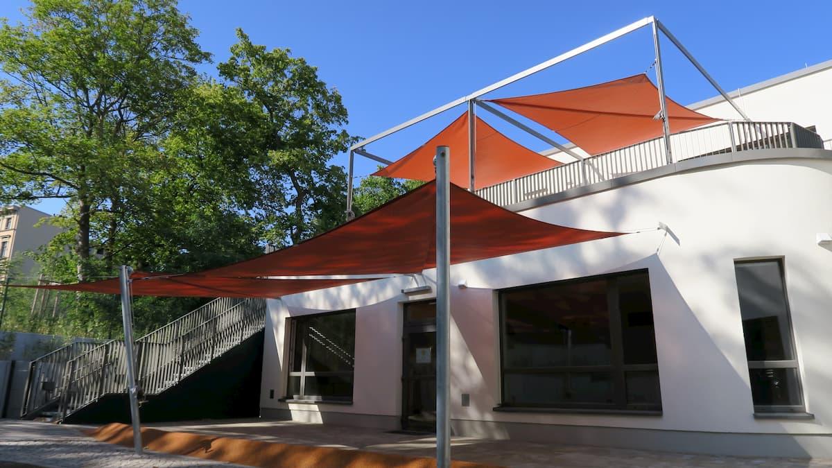 Sonnensegelanlage auf mehreren Etagen an einem Haus