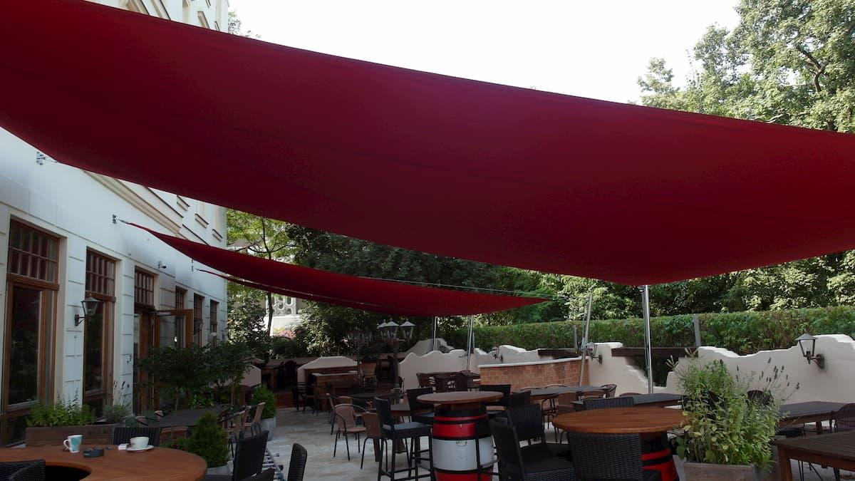Rote Sonnensegel für Terrasse der Gastronomie